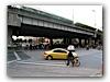 Die achtspurige Stadtautobahn, die ich jeden Morgen überqueren durfte. Ampel und Zebrastreifen dienen nur zur Show und haben bedingt eine regulierende Funktion.